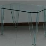Tavolo con angoli scantati
